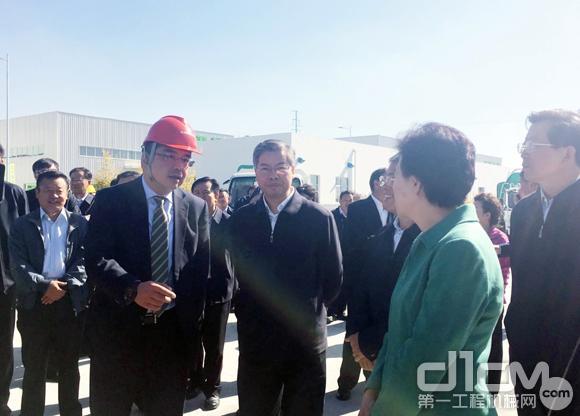 中联重科副总裁陈培亮向代表团介绍项目背景及进展情况