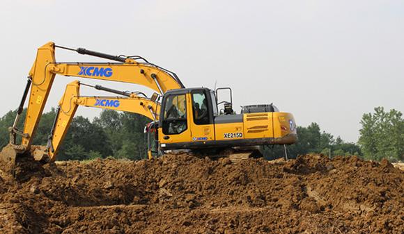 徐工XE215D挖掘机 2016年8月,在内蒙古某大型煤矿上,70多台XE470D、XE700D、XE950D组成的超强战队正紧锣密鼓的开挖着表层土,起承转合间,满载的黑金驶向远方,现场蔚为壮观。 以上都是徐工D系列挖掘机上市以来在各大施工现场的卓越表现。伴随着智能化、轻量化、节能技术的逐一攻克应用,徐工挖掘机械事业部2016年向业界密集推出了15款D系列全新成果,在行业内率先向技术领先、用不毁的金标准发起冲击,志在引领挖掘机行业的技术和品质变革。