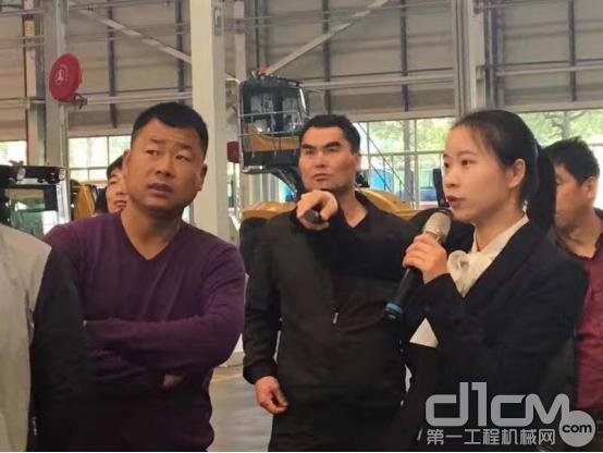▲苗战疆参观亚洲最大的智能化工厂—三一18号厂房