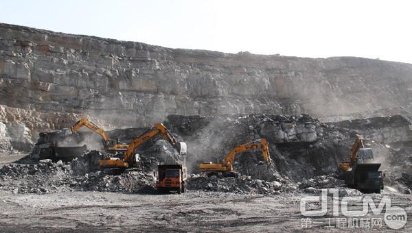 恶劣工况 强悍设备 内蒙古矿区的雷沃FR480E挖掘机军团