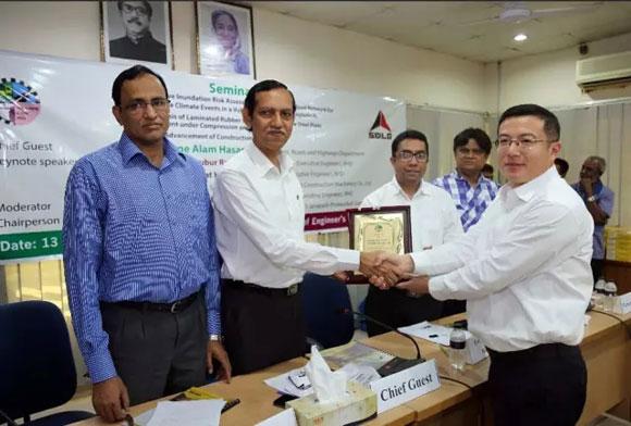 RHD向SDLG颁发荣誉证书