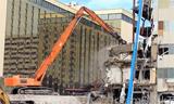 日立750 长臂挖掘机在拉斯维加斯拆楼