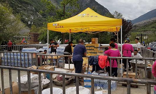 周围村民自发给抢险官兵送食物