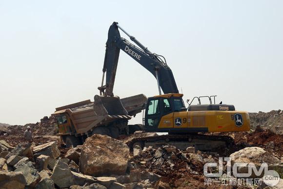 约翰迪尔E360LC挖掘机在现场装车