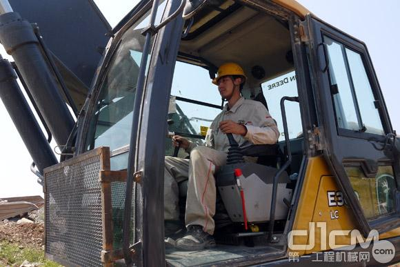 张师傅操作E360LC挖掘机