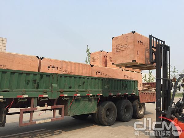装满540台发动机的卡车