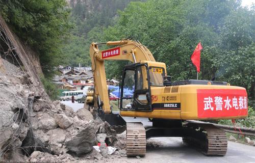 武警水电部队抢修震中主要通道