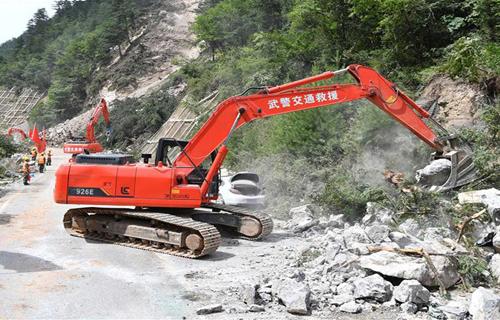 道路施工队伍在加紧施工疏通道路