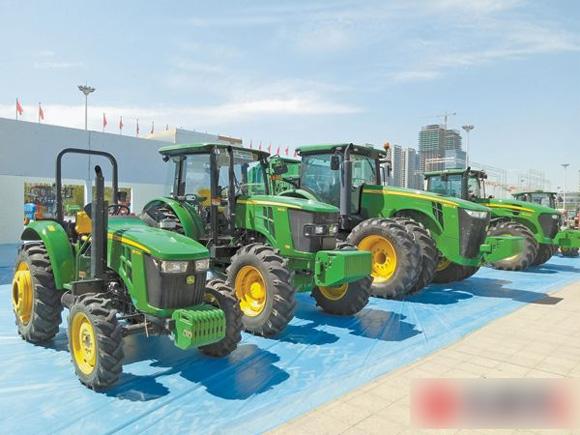 """8月13日,2017新疆农业机械博览会上展出的""""铁牛""""拖拉机"""