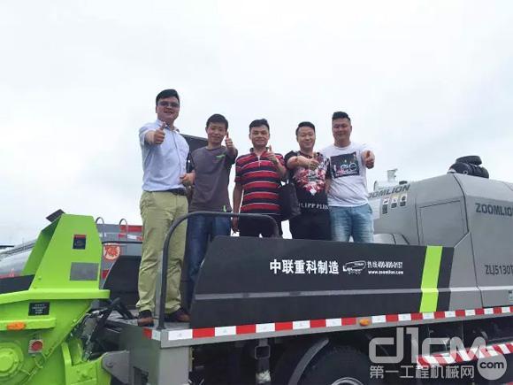 ▲李江华总经理(从右边开始第二位)为中联重科4.0设备点赞。