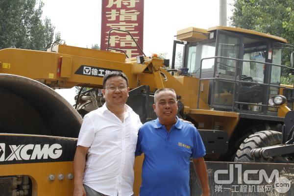 徐工道路华东区域服务备件中心主任刘学亮与现场负责人合影