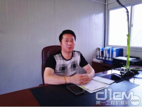 ▲李江华的办公桌上摆放着中联重科泵车模型。