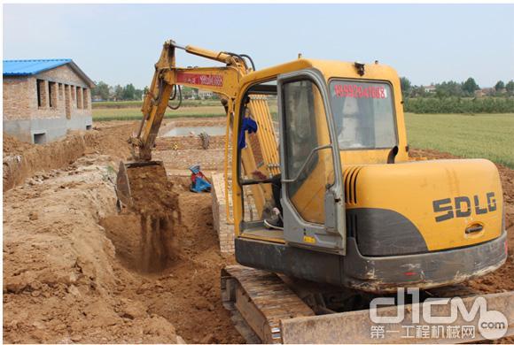 临工小型挖掘机在工作