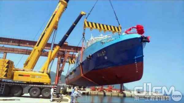 徐工XCA450全地面起重机在码头进行吊装