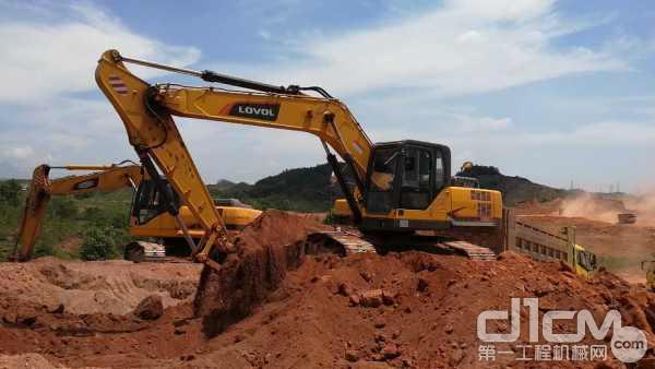 雷沃挖掘机正在进行土方作业