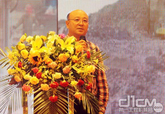 乌海市环境保护局副局长李俊峰代表市政府发言