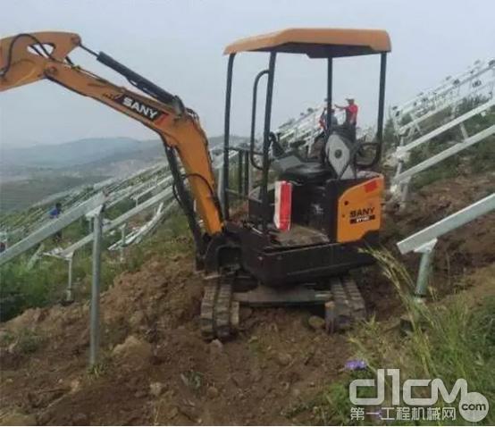 ▲SY16C在山坡上的光伏工程进行施工