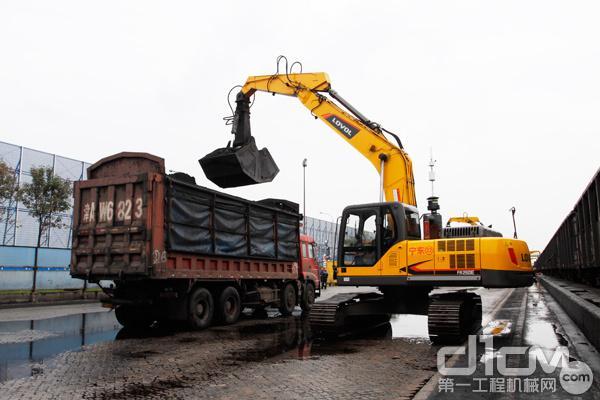 雷沃挖掘机进行装车作业