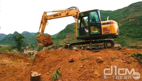 山东临工E680F挖掘机作业中