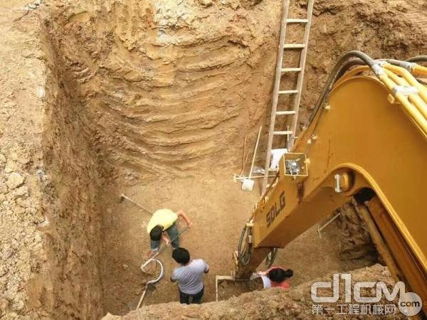 卢开云驾驶山东临工挖掘机在农村挖水池