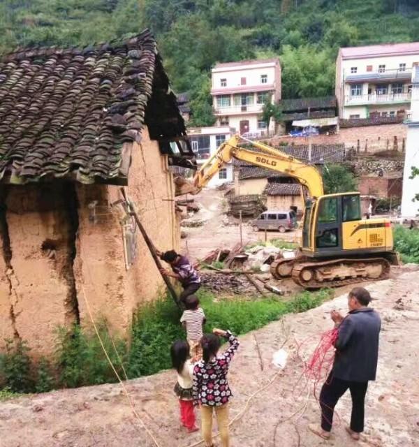山东临工挖掘机在农村拆除老旧危房