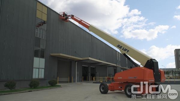 图为:捷尔杰直臂式高空作业平台1100SJ应用于焊接作业