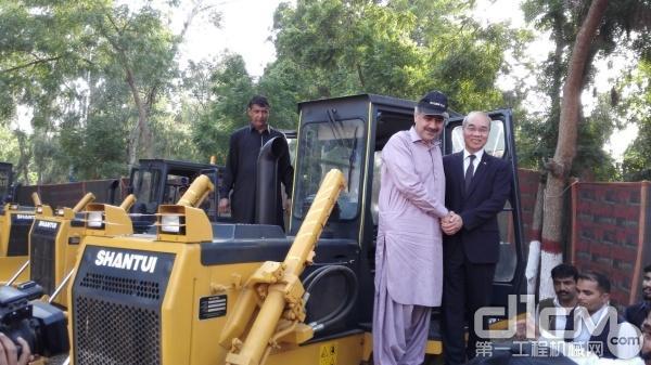 Sahib部长亲自登上山推推土机进行试乘试驾