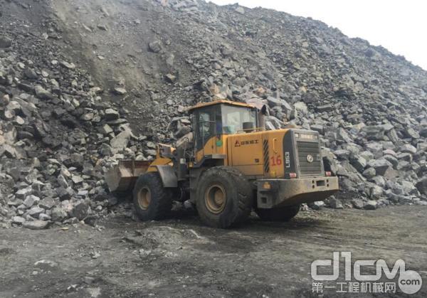 转运矿石的临工L953装载机