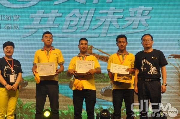 韩金荣(左2)获得总决赛邀请函