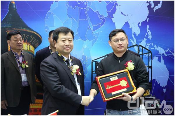 安锐公司董事长李忠波先生给华中安心公司赠送AIRO高空作业平台钥匙模型