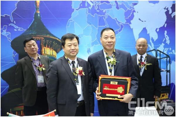 安锐公司董事长李忠波先生给宇隆腾公司赠送AIRO高空作业平台钥匙模型