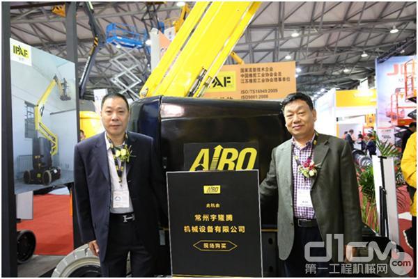京城国际总经理杜跃熙先生将现场两台设备所有权转移给常州宇隆腾公司总经理高志伟先生