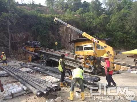 2014年徐工XZ5000成功穿越马来西亚双溪曼戎河流