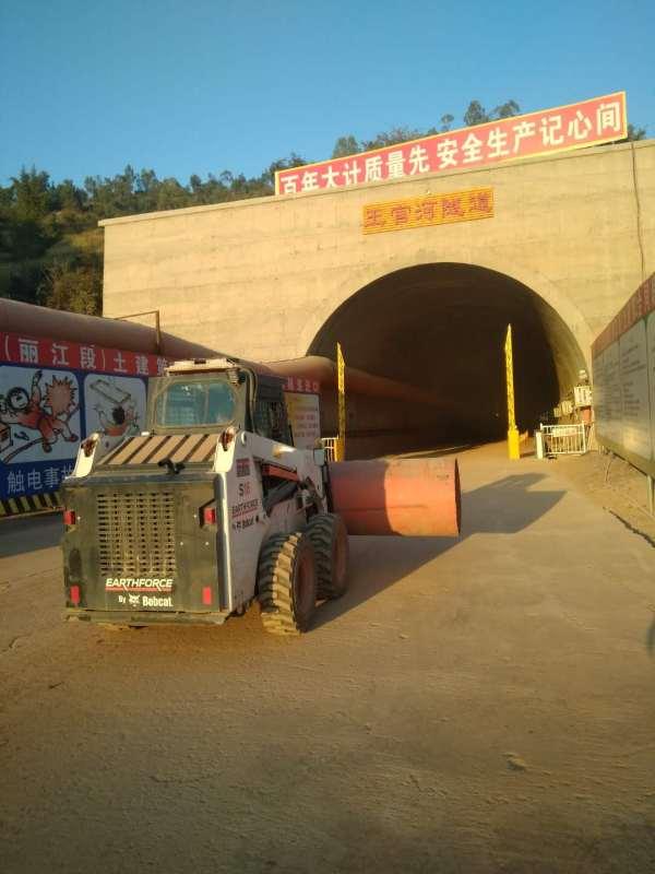 山猫S16滑移<a href=http://product.d1cm.com/zhuangzaiji/ target=_blank>装载机</a>在王官河隧道施工