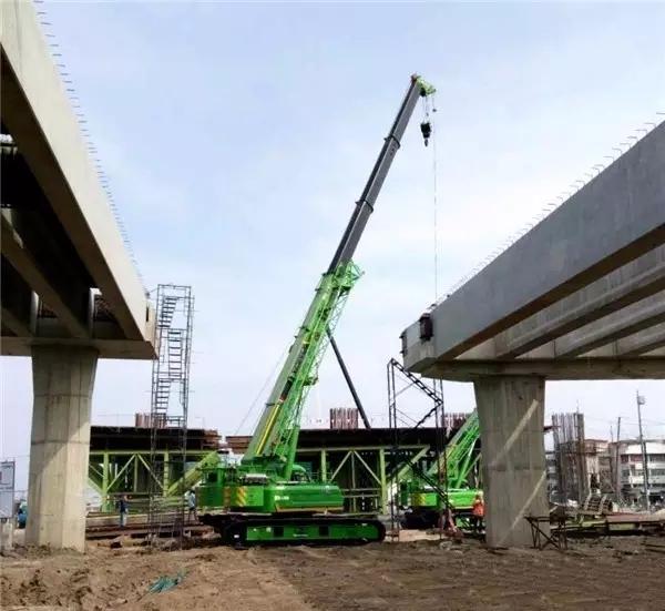 三台绿色涂装的XGC55T在泰国曼谷参与市政建设工程