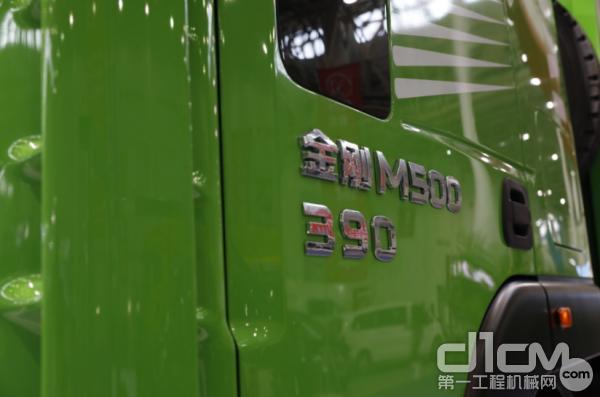 红岩LNG渣土车搭载上汽动力发动机