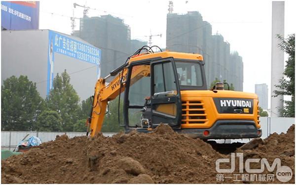 现代重工R75VS履带式挖掘机正在地铁项目施工现场作业