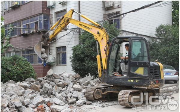 现代重工R60-7履带式挖掘机正在小区进行道路改建施工