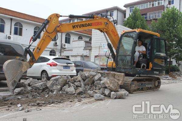 现代重工R75VS履带式挖掘机正在小区进行道路改建施工