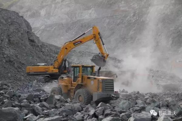 雷沃挖掘机和<a href=http://product.d1cm.com/zhuangzaiji/ target=_blank>装载机</a>在施工