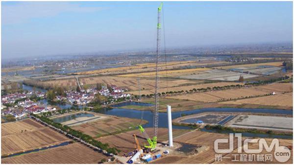 中联重科ZCC8800W<a href=http://product.d1cm.com/lvdaidiao/ target=_blank>履带吊</a>正在吊装风机塔筒