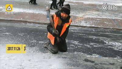 黑龙江环卫大爷双膝跪地铲冰