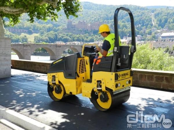 宝马格BW80AD-5 进一步提升了操作舒适性,保证观察前方和钢轮侧缘时的理想视线