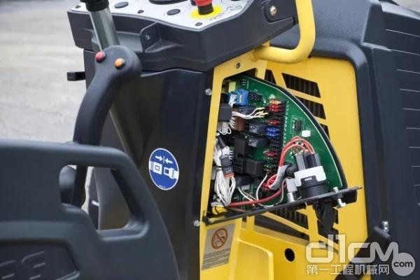 创新的侧开式中央线路板,极大地方便了对电器件的检修