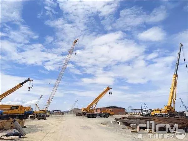 文莱PMB石油化工项目上忙碌的徐工起重机
