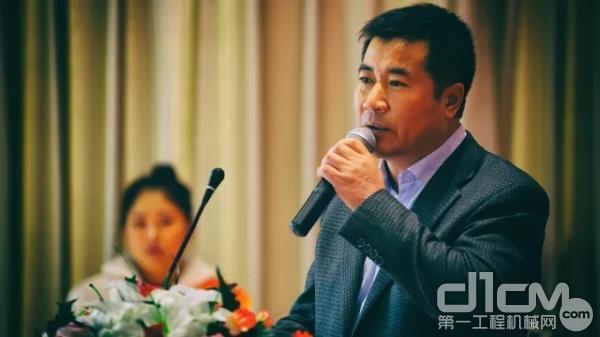 三一路机西北分公司总经理孙顺、首届全国压路机操作手大赛总冠军黄文祥
