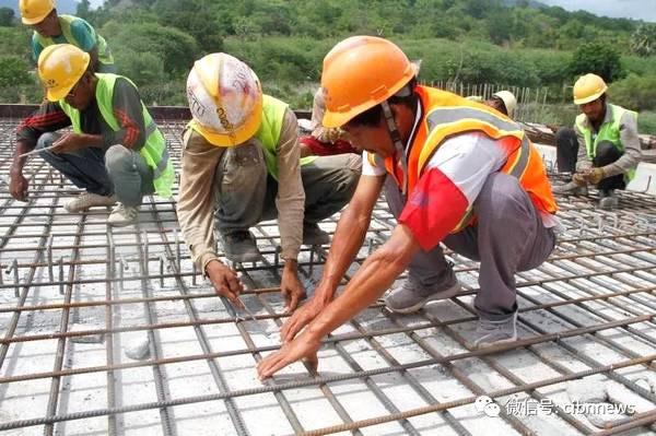 中国和东帝汶工人在苏艾高速公路施工现场一起完<a href=http://product.d1cm.com/brand/chenggong/ target=_blank>成工</a>作