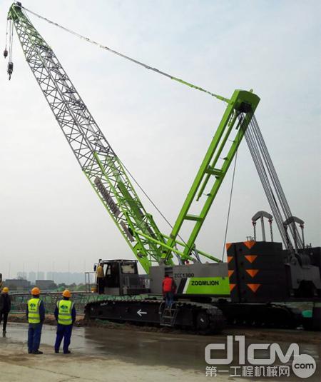 施工现场组装完后的中联重科ZCC1300履带起重机