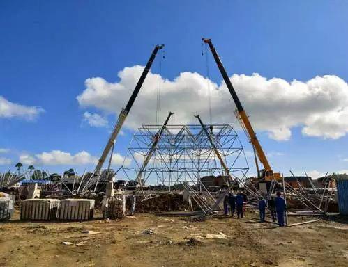 印度尼西亚卡巴那岛,徐工汽车起重机进行网架主体安装协同吊装