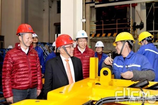 广西柳工集团有限公司董事长曾光安及总裁黄海波等高层连夜前往装配工厂祝贺
